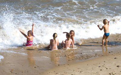 Plaja, teren de joacă pentru cei mici